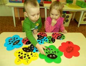 Дидактическая игра на развитие сенсорных эталонов для детей раннего возраста «Найди цветочек для божьей коровки»