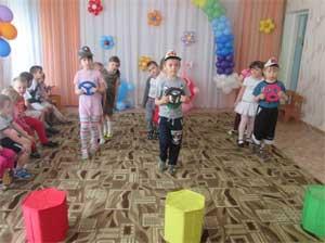 Конспект развлечения для родителей и детей старшей группы «Правила дорожные всем знать положено»