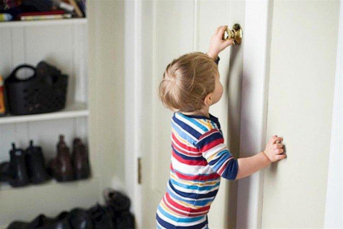 Чтобы оставить маленького ребенка дома одного и не переживать нужно сделать следующее